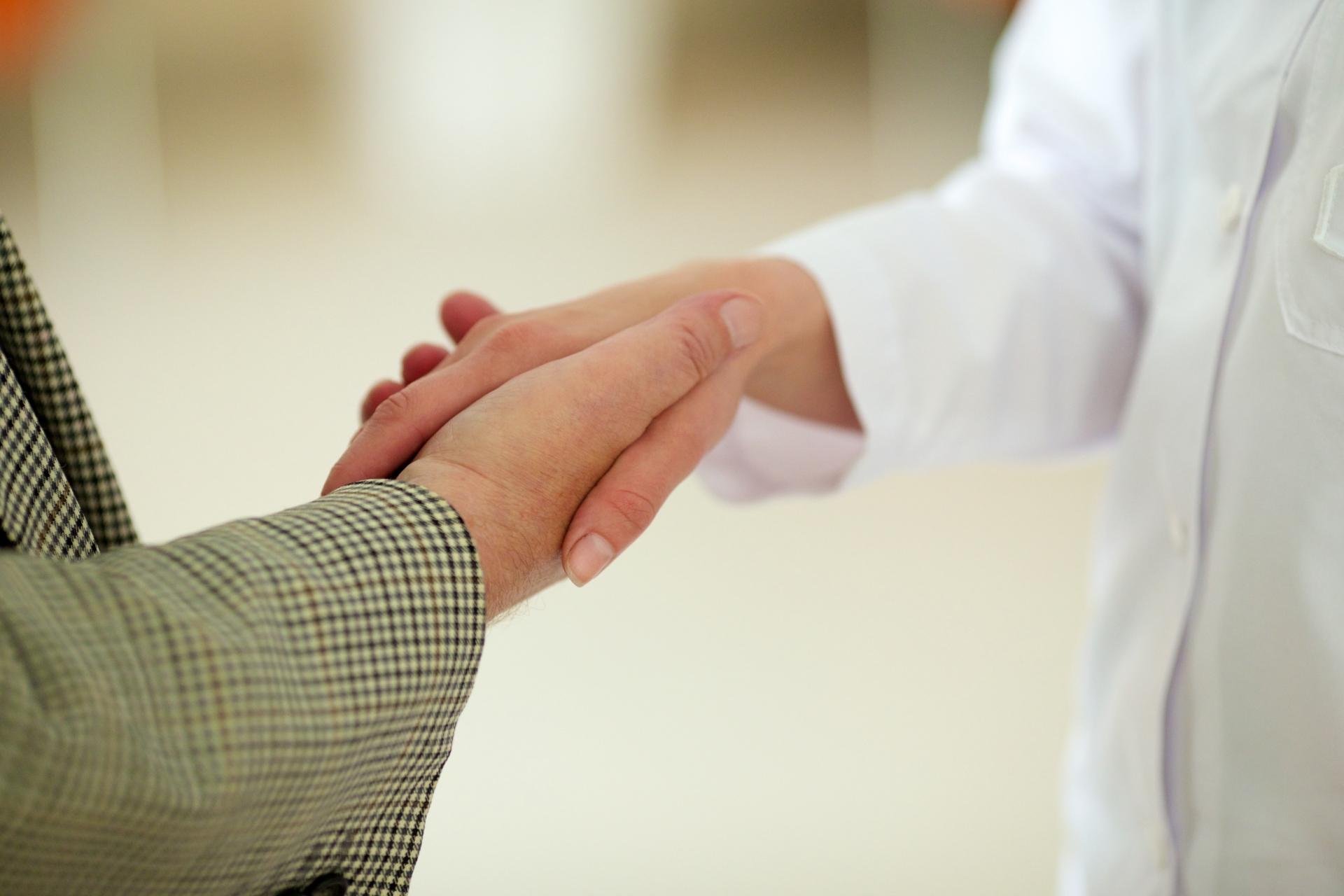老年男性と医師の握手