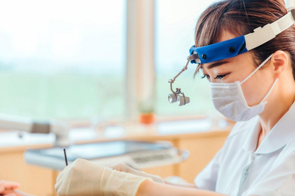 ルーペを使う歯科衛生士